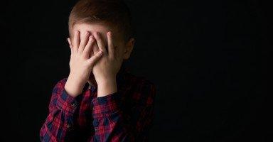 كيف أتعامل مع تعلق وخوف ابني من كل شيء؟
