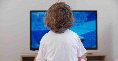 ابني ذو الأربع سنوات يتأثر بما يشاهده على التلفاز