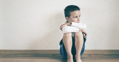 أخي الوحيد ضعيف الشخصية والسبب والدي