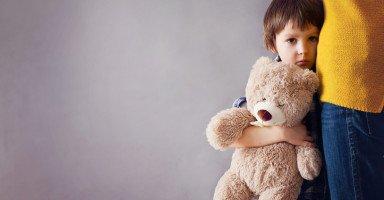 هل أعرض طفلي على طبيب نفسي بعد تعرضه للتحرش