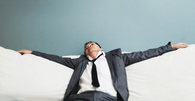 أصبحت لا أفرح لقدوم زوجي بسبب نومه في المجلس