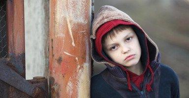 ابني حساس وتصرفاته أصغر من سنّه، ساعدوني