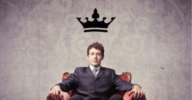 أعيش مع زوجاً نرجسي يحب نفسه ويرى نفسه ملكاً