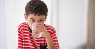 ابني يشرب الماء بشراهة وإن منعته يضربني ولا أسيطر على نفسي
