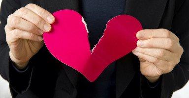 أفكر بالطلاق من زوجي بسبب أفعاله معي بعد وفاة أمي