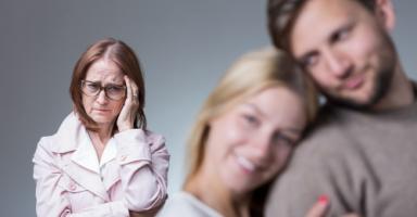 أرهقتني تصرفات زوجة ابني الغير مسؤولة