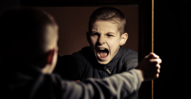 ابني عصبي وعدواني في لعبه