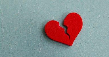 لا أعرف كيف أسامح زوجتي وأنا مازلت أشك بخيانتها وبكذبها