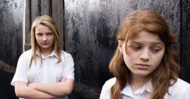 ابنتي تعاني من الوحدة والانطواء بسبب أختها الأصغر