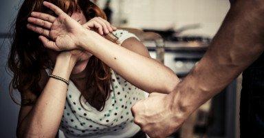 أفكر بحرق نفسي من اليأس بسبب ضرب زوجي لي