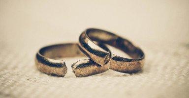 بعد طلاقي ومعاناتي أفتقد وجود رجل في حياتي
