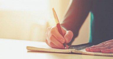 حلمت بسيدة تجلس على مكتب ومعها ورقة