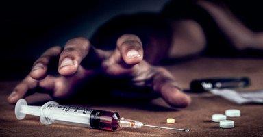 زوجي مدمن مخدرات وأنا وأولادي لا نطيق العيش ونشعر بالخوف منه