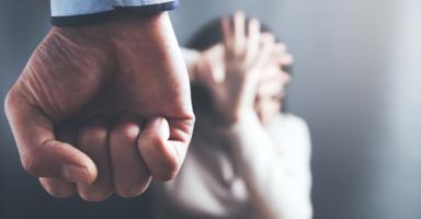 هل أخبر أهلي عن حجم معاناتي مع زوجي أم أبقى صامتة؟