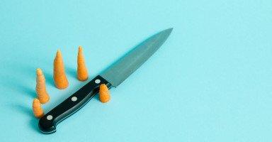 زوجي يضربني ويهددني بالسكين ثم يأتي ليبكي ويعتذر