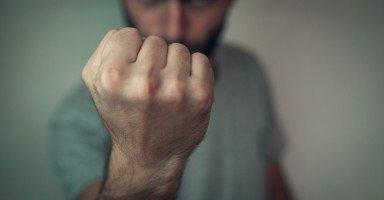 هل من حق ابن عمتي الصراخ على والدي و التكلم معه بهمجية