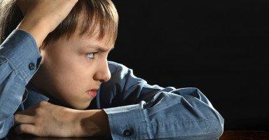 ابني أصبح عنيد ووالده يرفض عقابه لأنه مريض