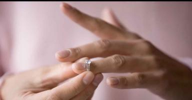 هل أطلب الطلاق من زوجي بسبب تصرفاته الأنثوية