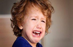 أضرب طفلي الصغير بسبب إزعاج إخوته