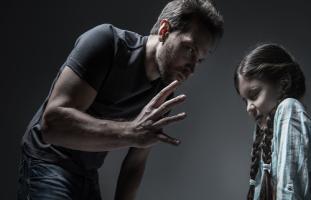 كيف أتصرف مع زوجي الذي يضرب ابنتي بطريقة وحشية؟