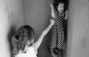 ابنتي الصغيرة تؤذي أختها بشكل هستيري