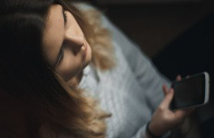 ابنتي المراهقة لا تكلمنا ومنعزلة عنا رغم محاولاتي معها