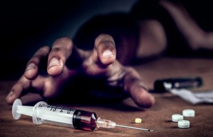 زوجي مدمن مخدرات وأنا وأولادي لا نطيق العيش ونشعر بالخوف الشديد منه