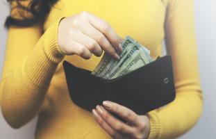 أمي تطلب مني المال لتصرفه على أولاد زوجها