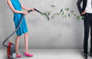 هل من حق الزوجة أن تاخذ من زوجها مبالغ شهريه كتعويض عن فقدانها عملها؟